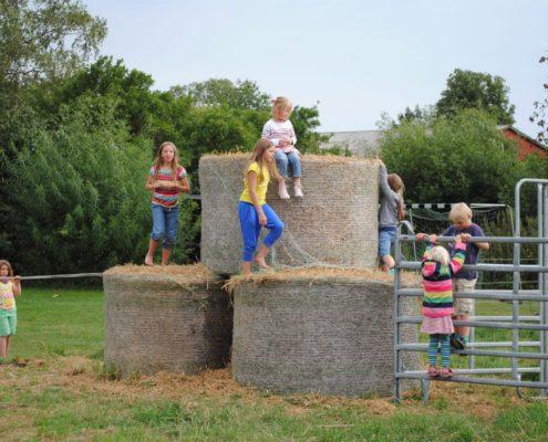 Kinder spielen auf der Strohburg