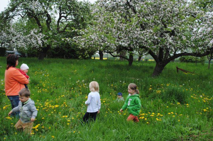 Kinder im Apfelgarten