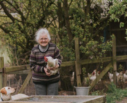 Oma mit Huhn